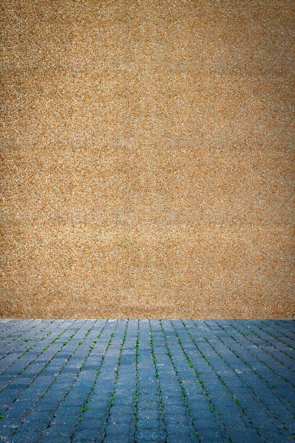 Blaue Pflastersteine nahe der Wand von granulite stockfotos