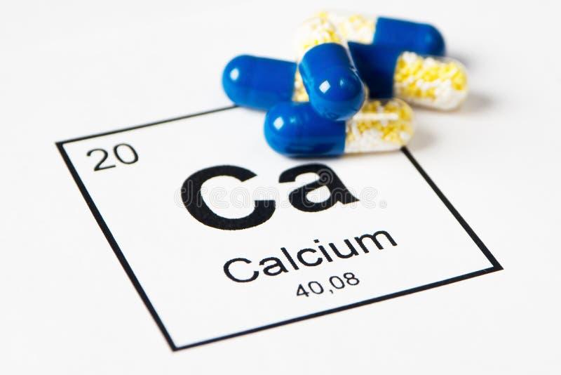 Blaue Pillen mit Mineralca-Kalzium auf einem weißen Hintergrund mit stockbilder
