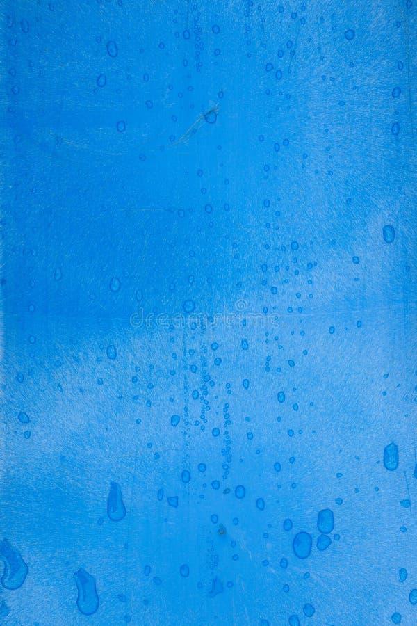 Blaue Plastikbeschaffenheit mit Regentropfen stockfotografie