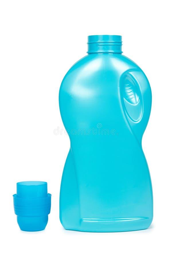 Blaue Plastikflasche des flüssigen Reinigungsmittels Getrennt auf weißem Hintergrund Wäschereibehälter, Warenschablone stockfotos