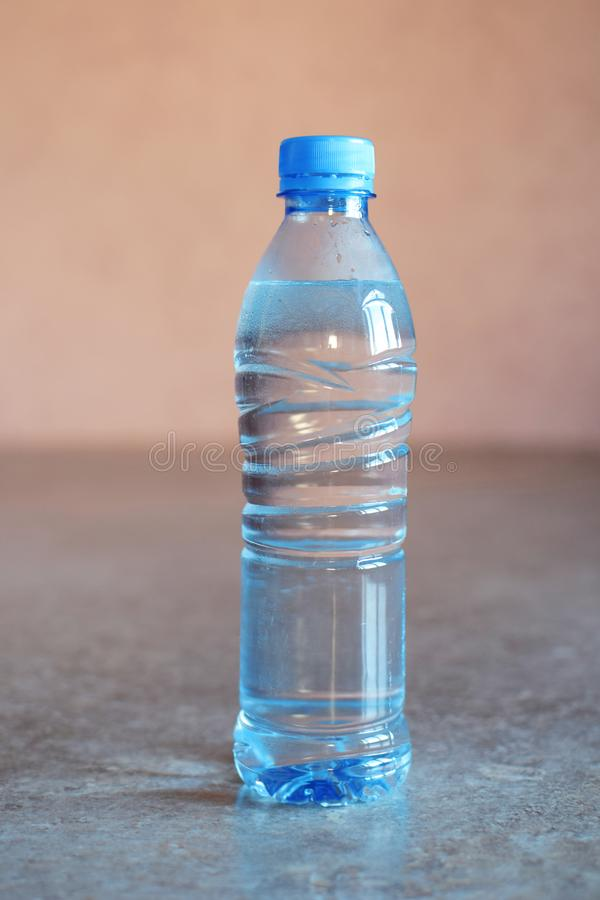 Blaue Plastikflasche Wasser stockbild