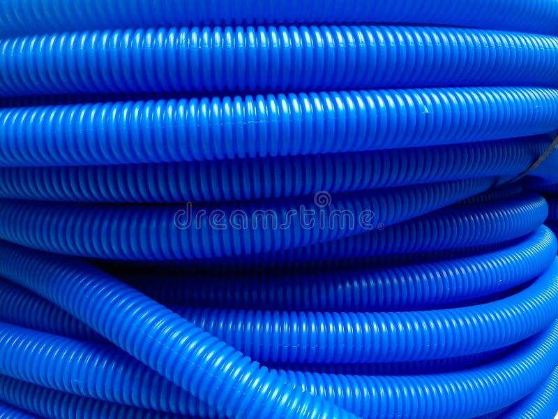Blaue Plastikisolierrohre für elektrische Drähte für Verkauf stockbilder