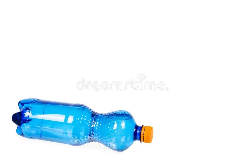 Blaue Plastikwasserflasche mit der orange Kappe, lokalisiert auf weißem Hintergrund, Kopienraumschablone lizenzfreie stockbilder