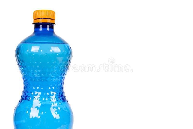Blaue Plastikwasserflasche mit der orange Kappe, lokalisiert auf weißem Hintergrund, Kopienraumschablone stockfotos