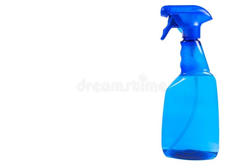 Blaue Plastikwassersprühflasche lokalisiert auf weißem Hintergrund Reinigende Flasche des blauen leeren Plastiksprays lokalisiert lizenzfreie stockfotos
