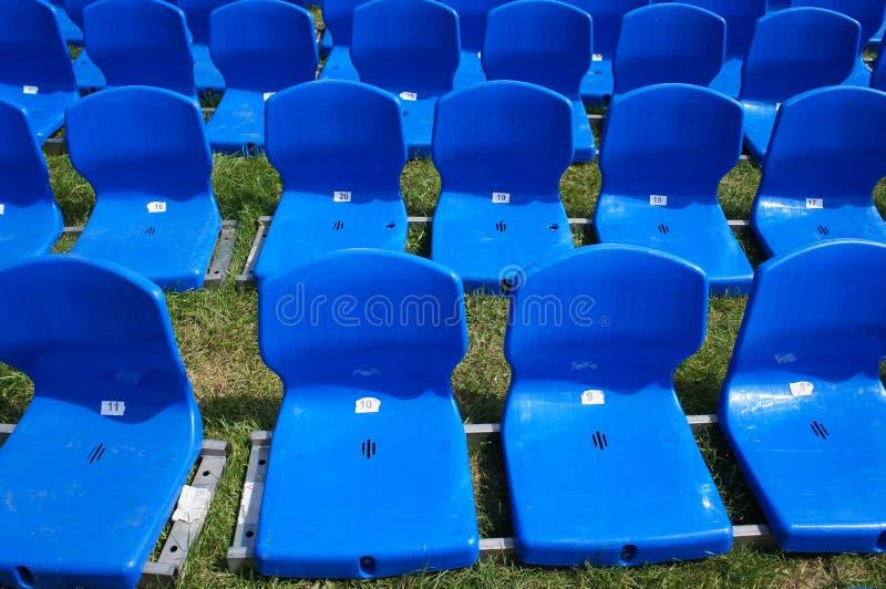 Blaue Plattformsitze auf Gras lizenzfreie stockfotografie