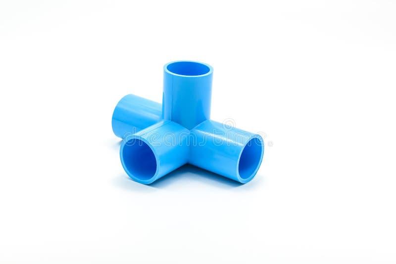 Blaue PVC-Rohrverbindung mit dem Ventil lokalisiert auf Weiß stockfotografie