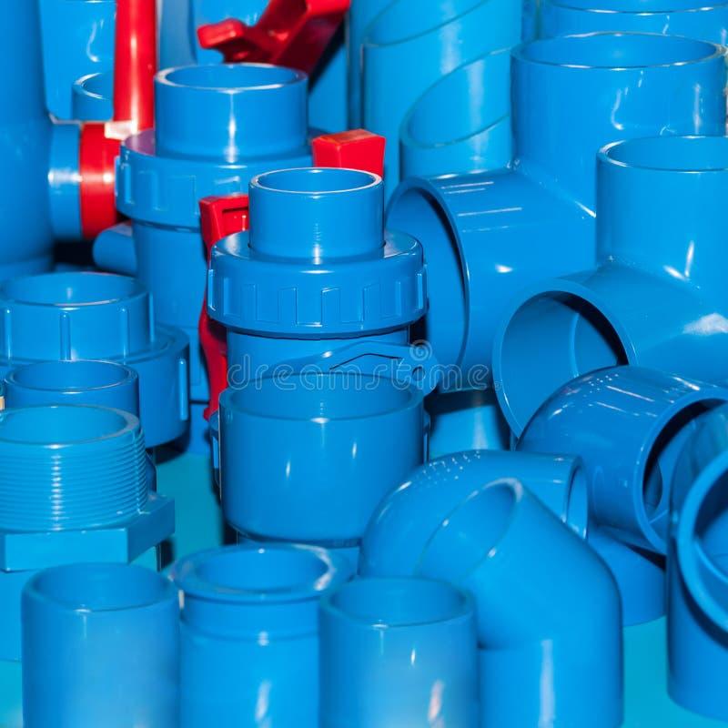 Blaue PVCrohrverbindungen und -Rohrschellen stockfotografie