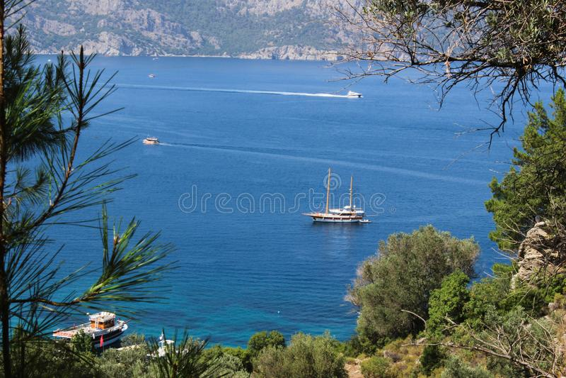 Blaue Reise auf Amos Bay- - Marmaris-Ansicht vorbei stockfoto