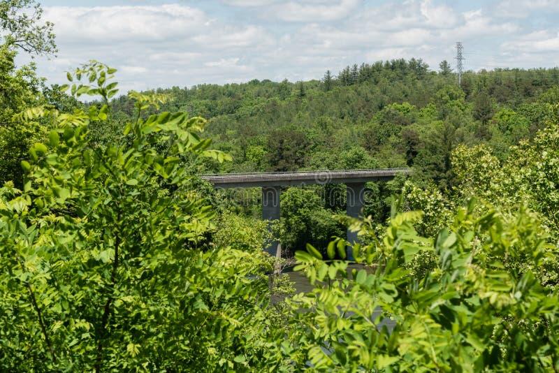 Blaue Ridge Parkway-Aussicht - eine Brücke über dem französischen breiten Fluss im Frühjahr lizenzfreies stockbild