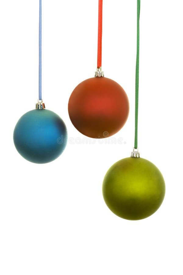 Blaue, rote und gelbe Weihnachtskugeln stockfotos