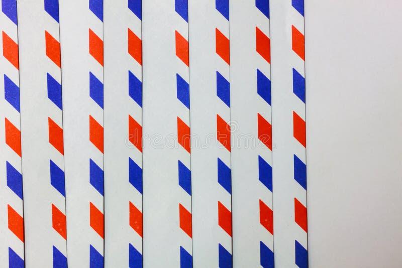 Blaue, rote, weiße vertikale Linie auf weißem Hintergrund lizenzfreies stockbild