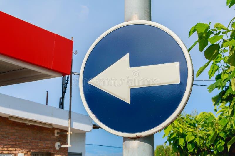 Blaue runde Verkehrsschildverpflichtung nach links abzubiegen stockfotografie