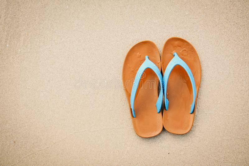 Blaue Sandale der Draufsicht auf dem Strand mit Kopienraum-Konzeptzeit zu reisen lizenzfreie stockfotos
