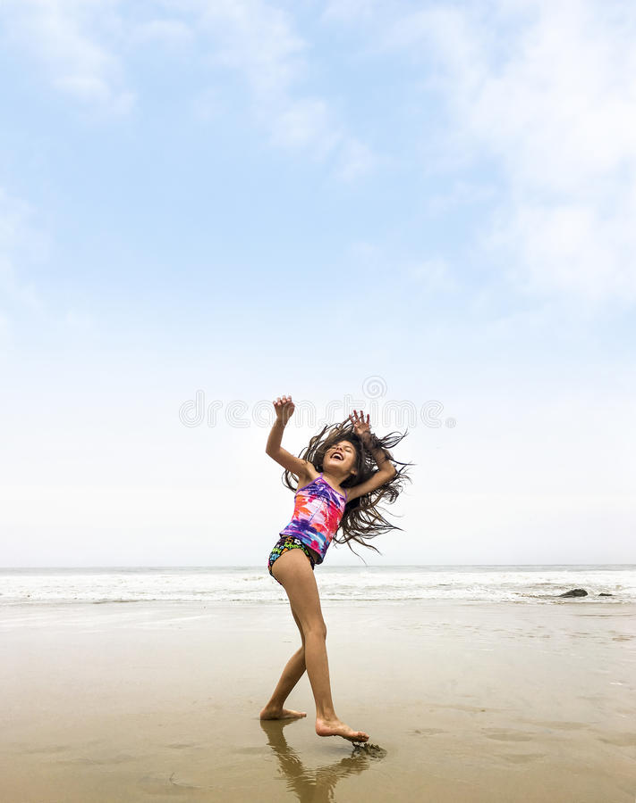 Blaue Sandalen auf Strandsand stockfoto