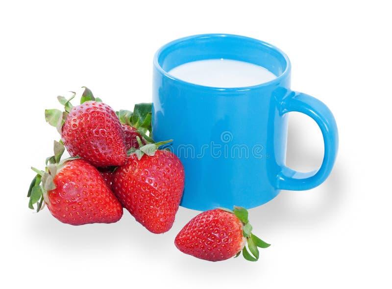 Blaue Schale mit Milch und wenigen Erdbeeren lizenzfreie stockfotografie