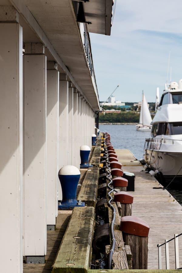 Blaue Schiffspoller entlang hölzernem Pier lizenzfreie stockfotografie