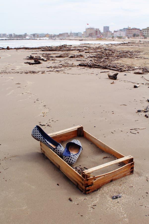 Blaue Schuhe auf dem Strand lizenzfreie stockbilder