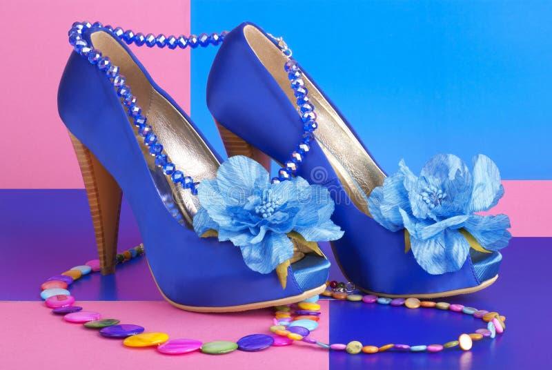Blaue Schuhe mit Halskette stockfoto