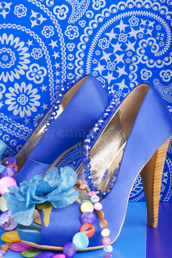 Blaue Schuhe mit Halskette stockbilder