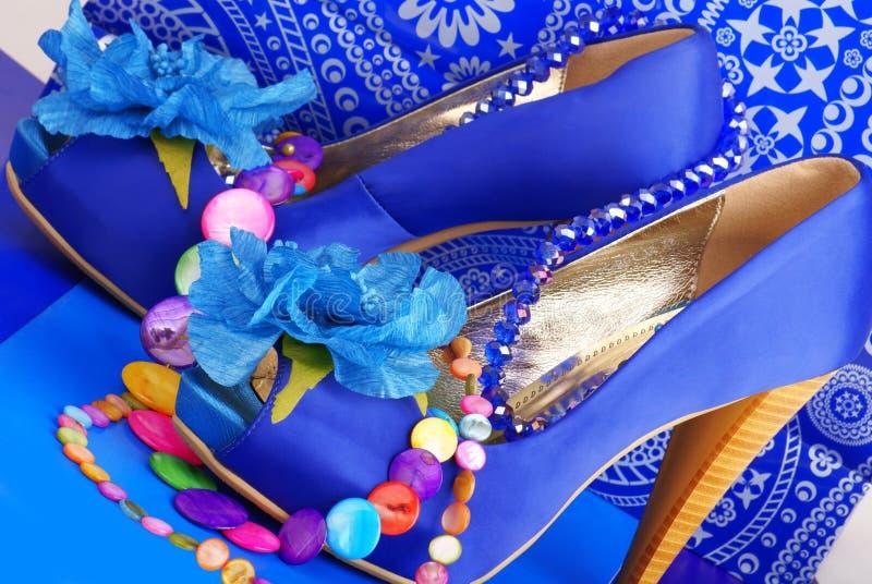 Blaue Schuhe mit Halskette lizenzfreie stockbilder