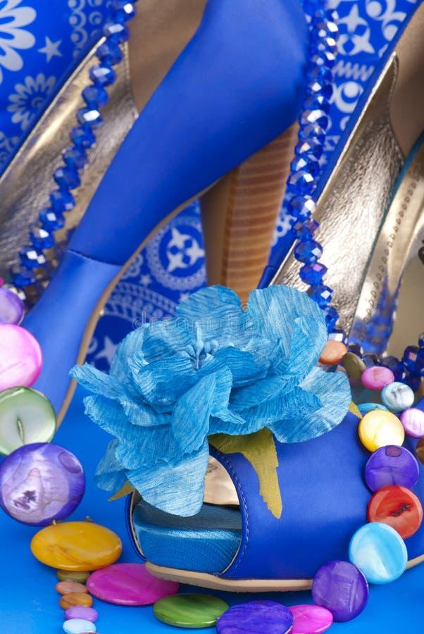 Blaue Schuhe mit Halskette lizenzfreies stockbild