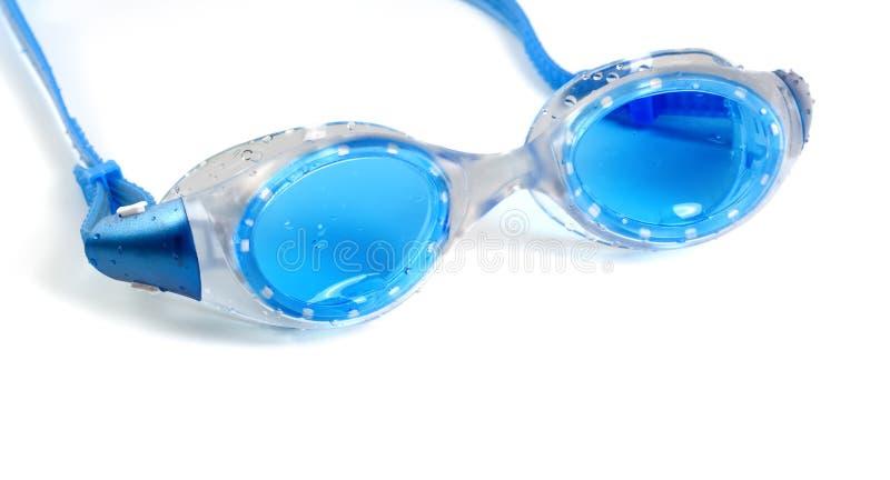 Blaue Schutzbrillen für das Schwimmen mit Wassertropfen lizenzfreie stockbilder
