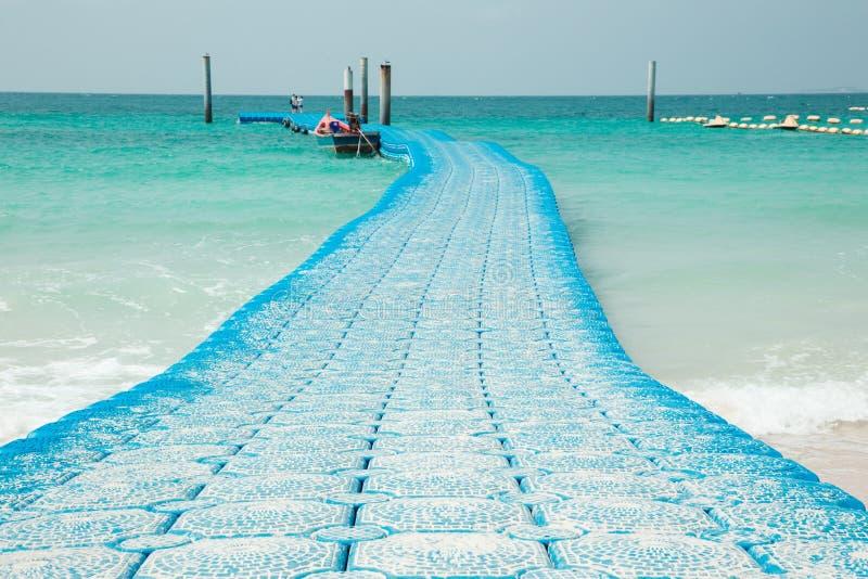 Blaue Seeboje gekennzeichnet für das Festmachen und Abgrenzung von sicheren Booten stockfoto