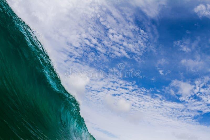 Blaue Seewelle und abstrakter Hintergrund des Himmels Schöner Meerblick auf diagonaler Zusammensetzung lizenzfreie stockfotografie