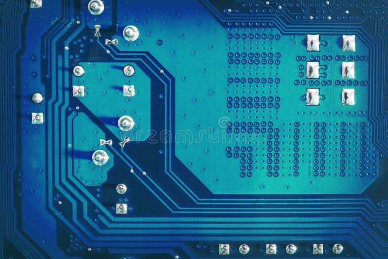 Blaue Seite des Motherboardstromkreises mit gelöteten Kontakten und Beschaffenheit High-Techer abstrakter Hintergrund mit digital lizenzfreie stockfotografie