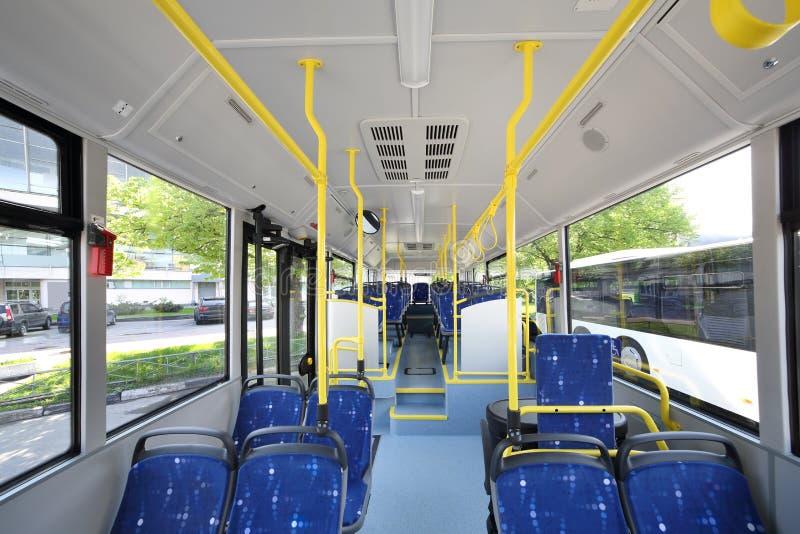 Blaue Sitze innerhalb des Saals des leeren Stadtbusses stockfotografie