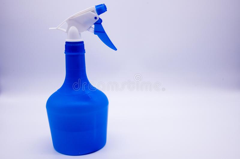 Blaue Spr?hflasche auf wei?em Hintergrund stockfoto