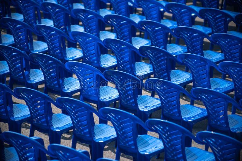 blaue Stühle stehen auf der Straße für ein Konzert stockfotos