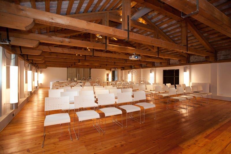 Blaue Stühle und hölzerne Tabelle stockfotografie