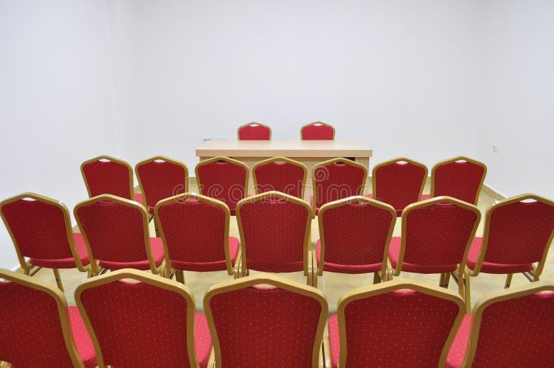 Blaue Stühle und hölzerne Tabelle lizenzfreie stockfotos