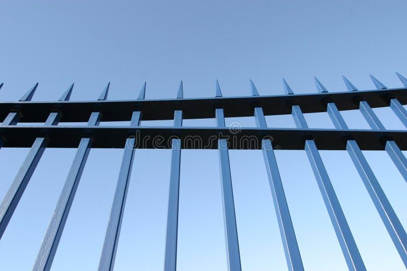 Blaue Stahlgatter-Geländer lizenzfreies stockfoto