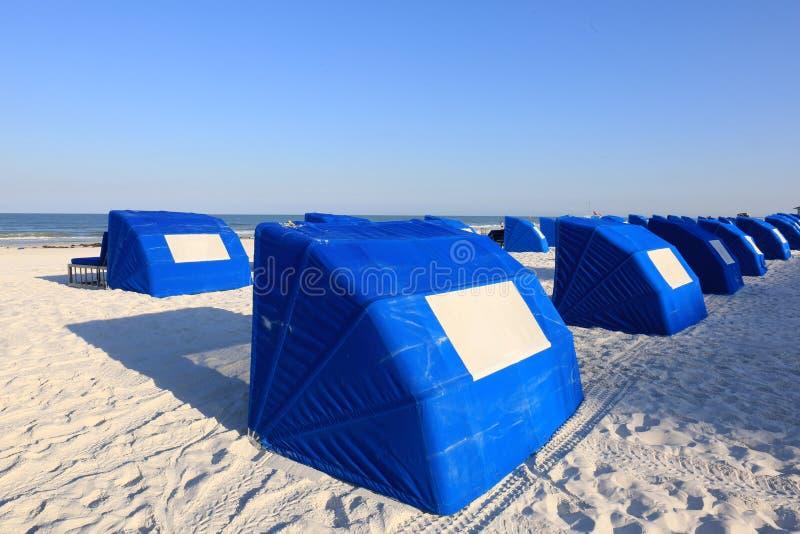 Blaue Strand Cabanas auf einem weißer Sand-tropischen Strand stockfotografie