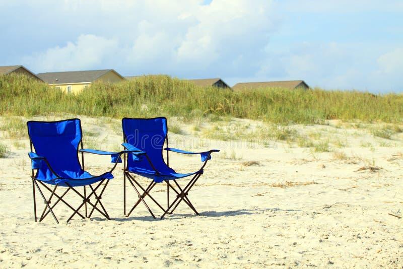 Blaue Strandstühle stockbilder