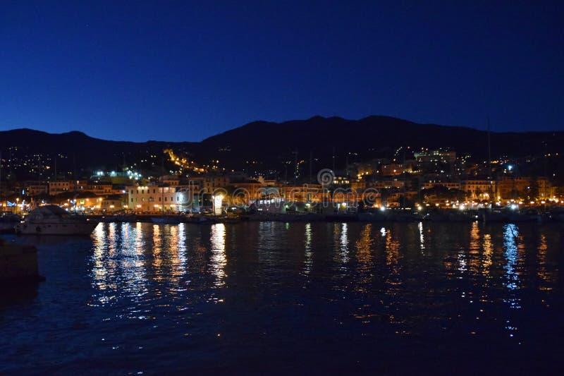Blaue Stunde auf dem Hafen von Sanremo stockbilder