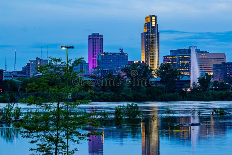 Blaue Stunde Nachtszene von Reflexionen von Gebäude im Jahre 2019 der Missouri-Überschwemmung Harrahs des Kasino-Parkplatzes in d lizenzfreie stockfotos