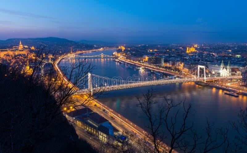 Blaue Stundenansicht über die Donau mit Margaret Bridge und Hängebrücke in Budapest, Ungarn stockbilder