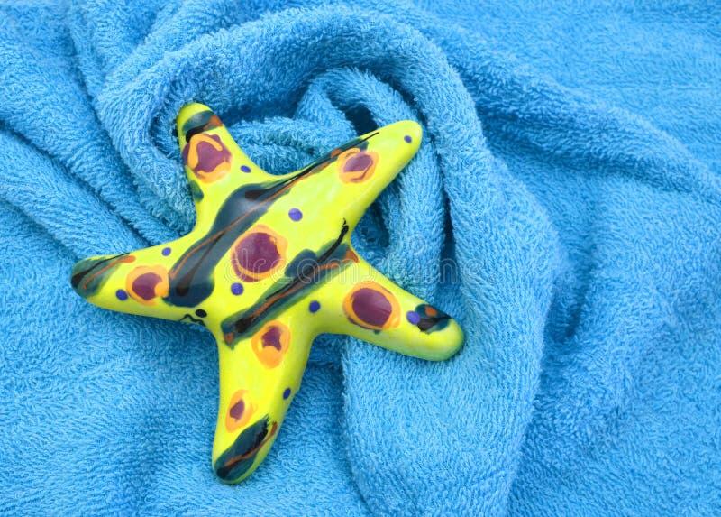 Blaue Tücher und Starfish für Wellness auf Hintergrund stockfoto