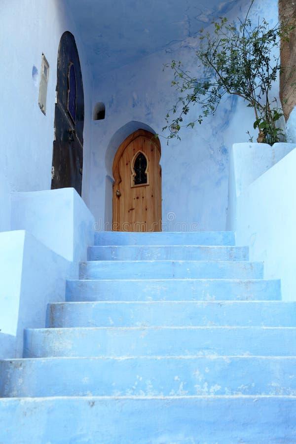Blaue Tür in Chefchaouen, Marokko lizenzfreie stockbilder