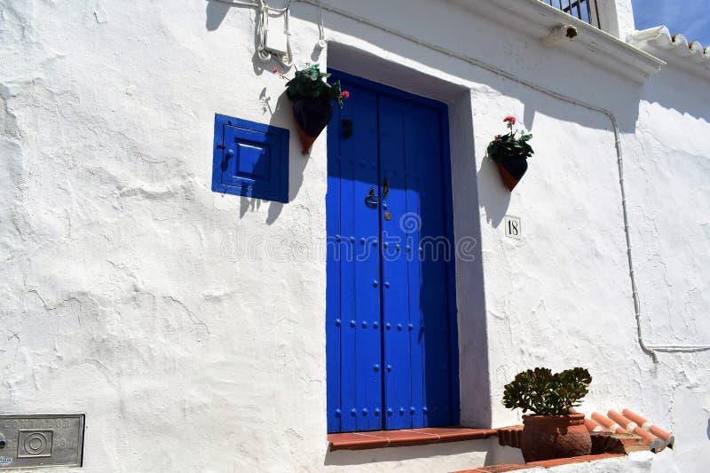 Blaue Tür in Frigiliana, spanisches weißes Dorf Andalusien stockbild