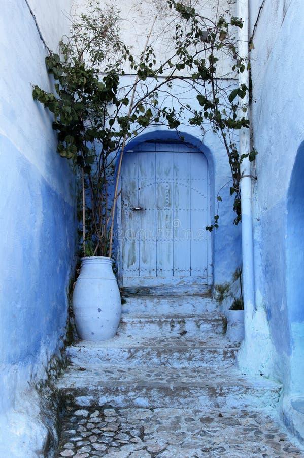 Blaue Tür im Medina. Marokko stockbilder