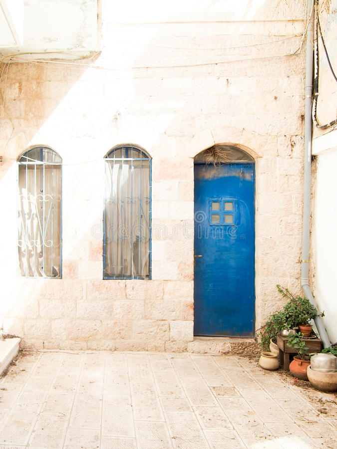 Blaue Tür im weißen Steingebäude stockbilder