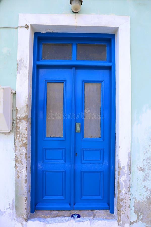 Blaue Tür mit Charme des bösen Blicks lizenzfreies stockbild