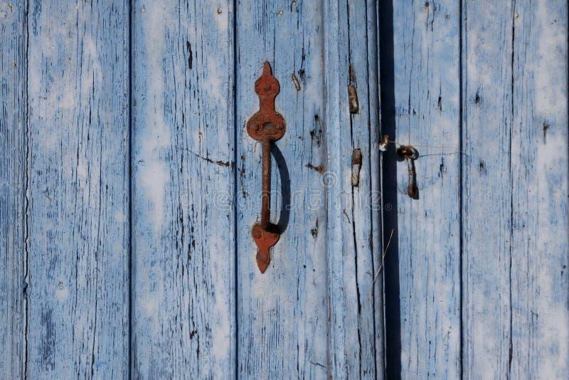 Blaue Tür mit Türgriff, Deutschland lizenzfreie stockfotografie