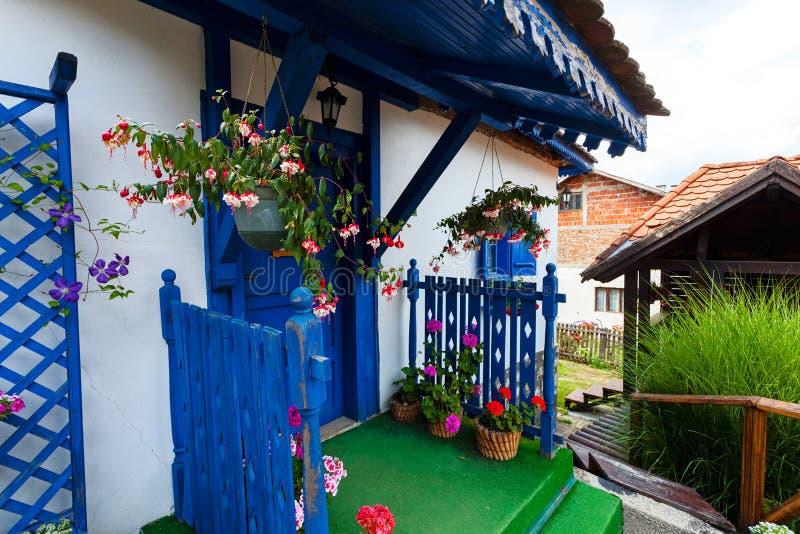 Blaue Tür und Fenster auf altem Haus lizenzfreie stockfotografie