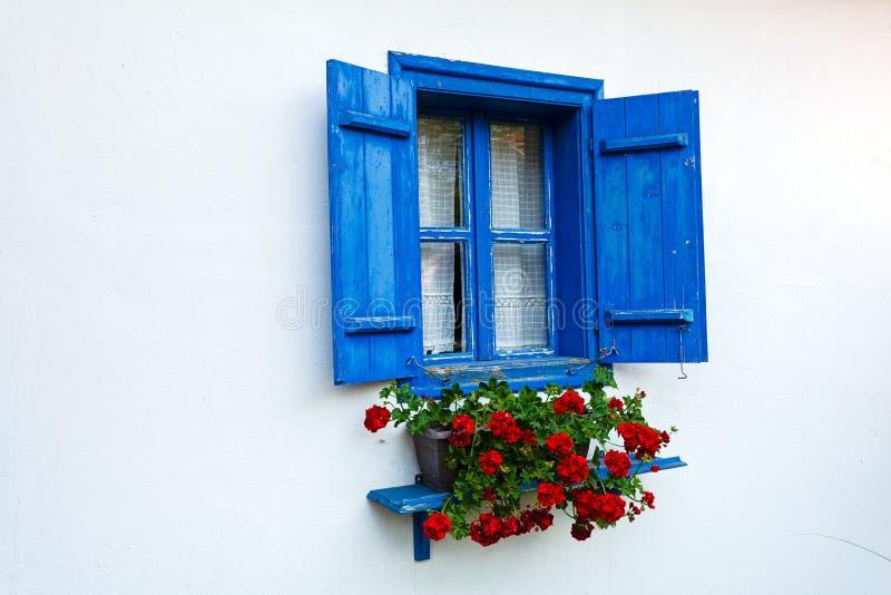 Blaue Tür und Fenster auf altem Haus lizenzfreie stockbilder